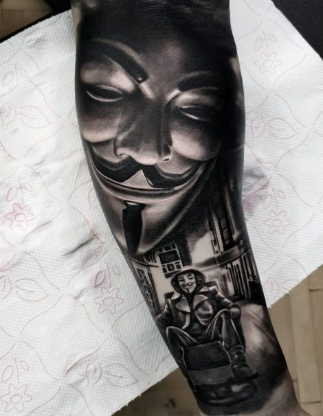 Anonymous Maske und Mann in Stuhl Tattoo
