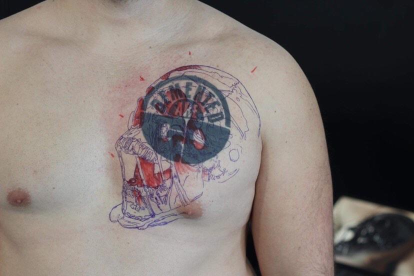 Brust Cover Up Tattoo mit Totenschädel