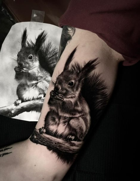 Eichhörnchen Oberarm Black and Grey Tattoo