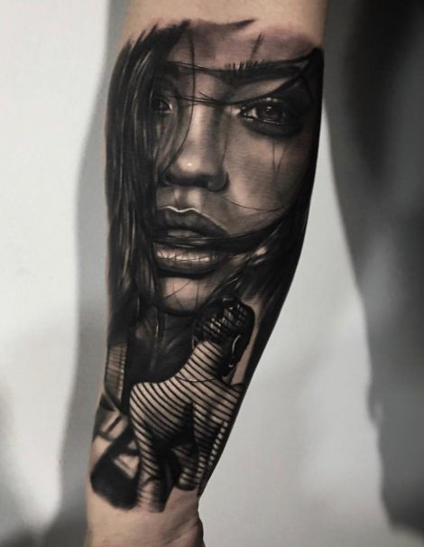 Frau mit langen Haaren Black and Grey Tattoo