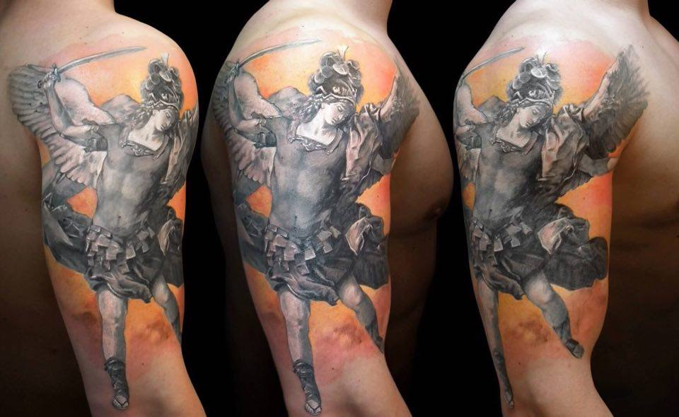 Heilige Figur auf Oberarm Color Tattoo