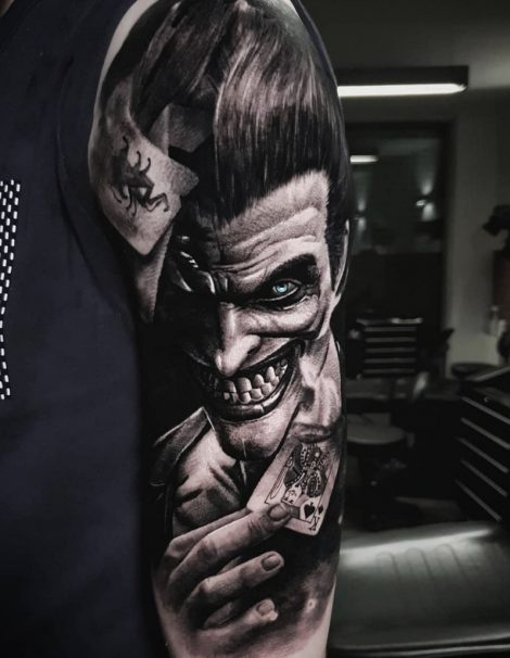 Joker mit Karte auf Oberarm Black and Grey Tattoo