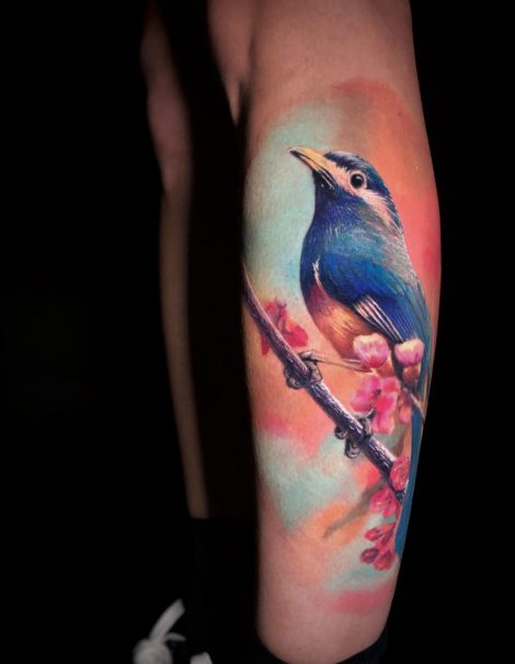 Kolibri auf Ast Bein Color Tattoo