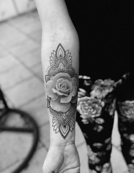 Linework Dotwork Tattoo Rose mit Mandala