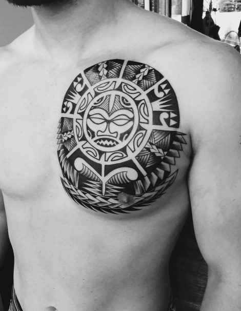 Maori Tattoo Linke Brust Gesicht