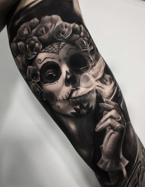 Mexikanisch bemalte Frau auf Oberarm Black and Grey Tattoo