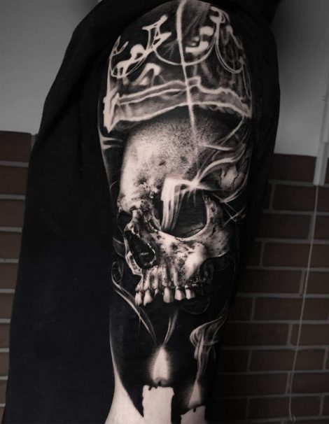 Oberarm Black and Grey Tattoo von Totenkopf