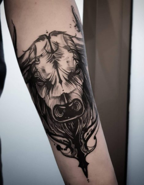 Stier auf Unterarm Black and Grey Tattoo
