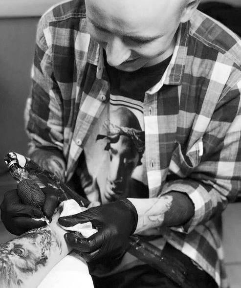 Tätowierer Alex beim tätowieren 1