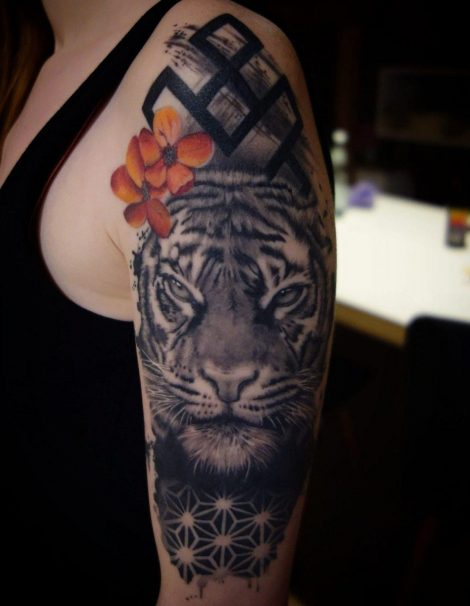 Tiger mit Symbol Tattoo