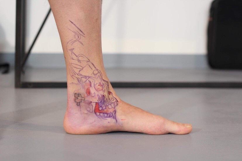 Totenkopf auf Fuss Skizze Tattoo
