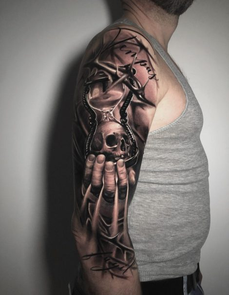 Totenkopf in der Hand Black and Gray Tattoo