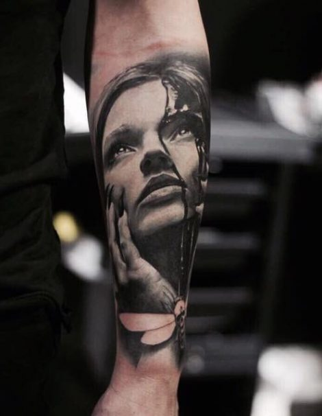 Unterarm Frau mit Krallen Black and Grey Tattoo