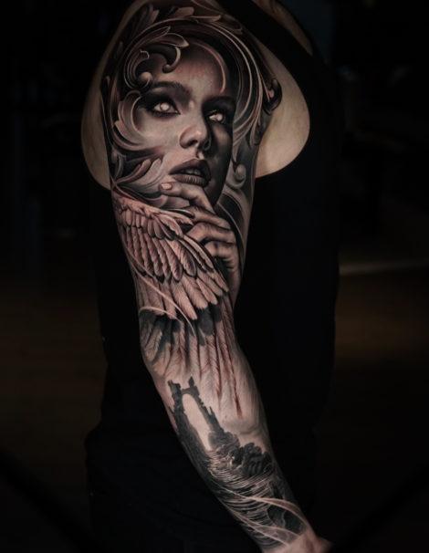 frau-mit-flügel-tattoo